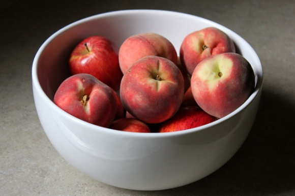 2 white peaches apples bowl